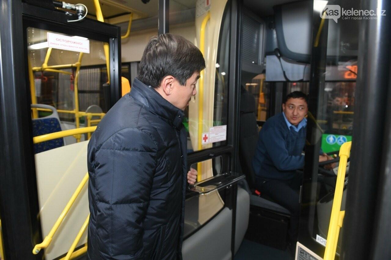 Езжай, гармонь: в Алматы на линию BRT вышли новые автобусы-гармошки, фото-2