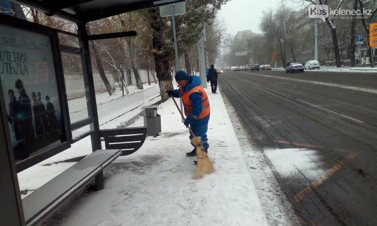 Борьба со стихией: восемь сантиметров снега выпало в Алматы, фото-3