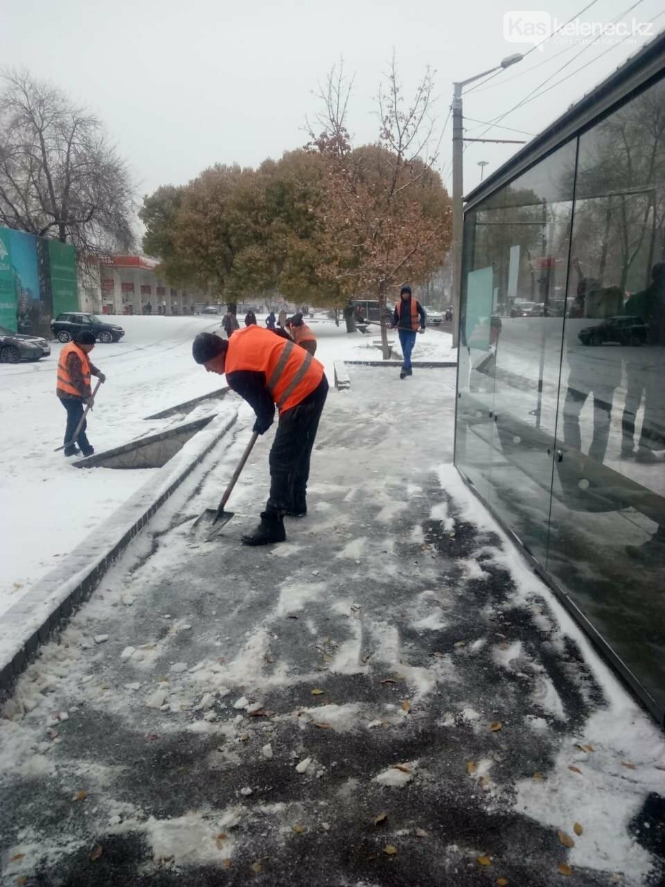 Борьба со стихией: восемь сантиметров снега выпало в Алматы, фото-2