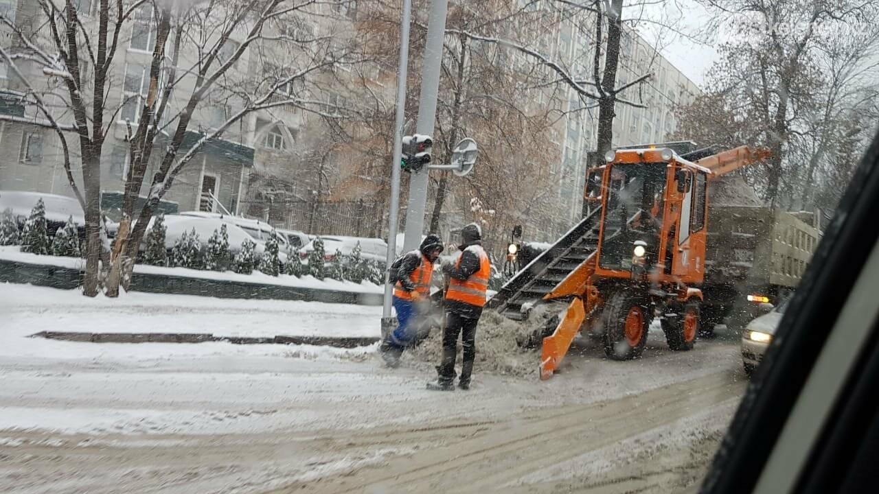 Борьба со стихией: восемь сантиметров снега выпало в Алматы, фото-4