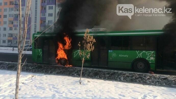 Автобус 137 маршрута сгорел в Алматы, фото-1