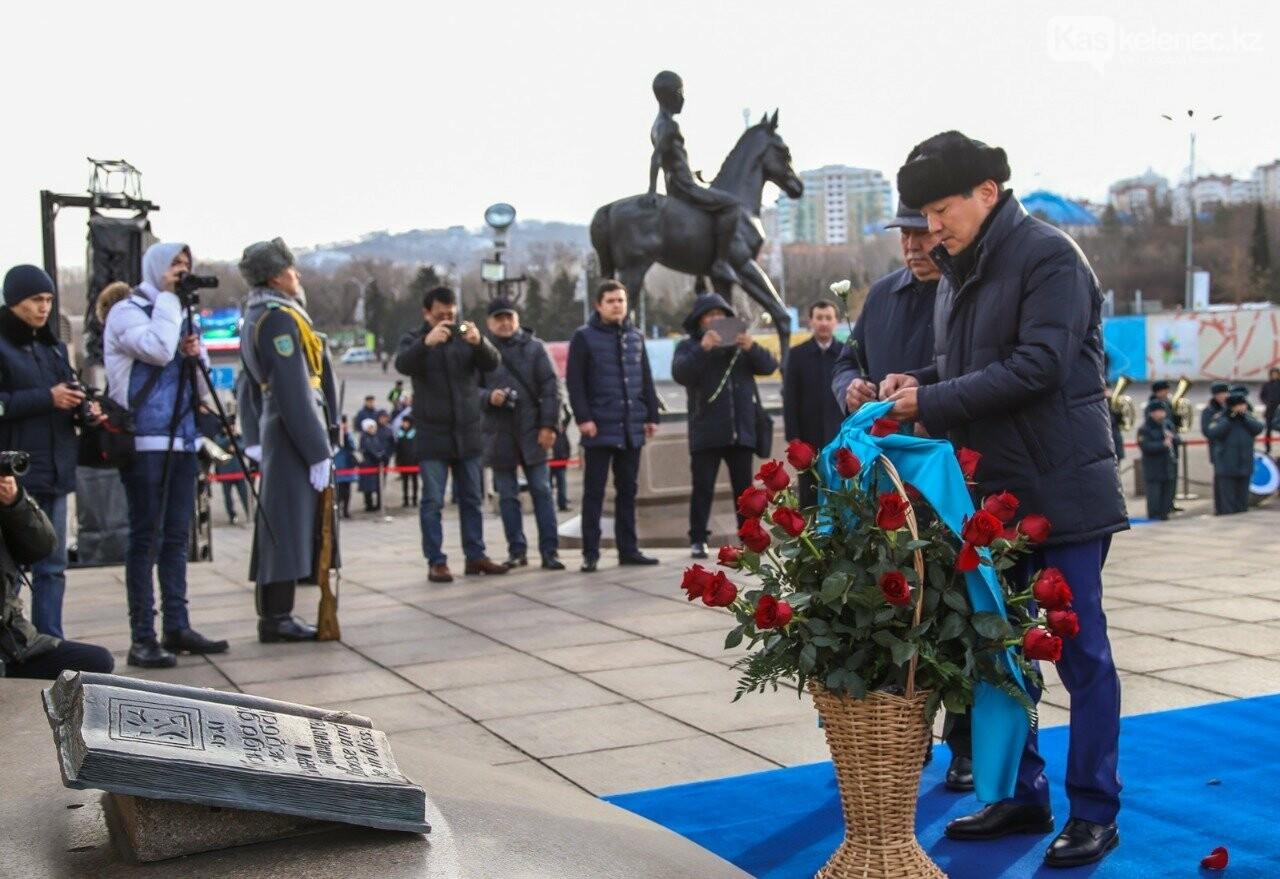 К Монументу Независимости в Алматы возложили цветы, фото-2