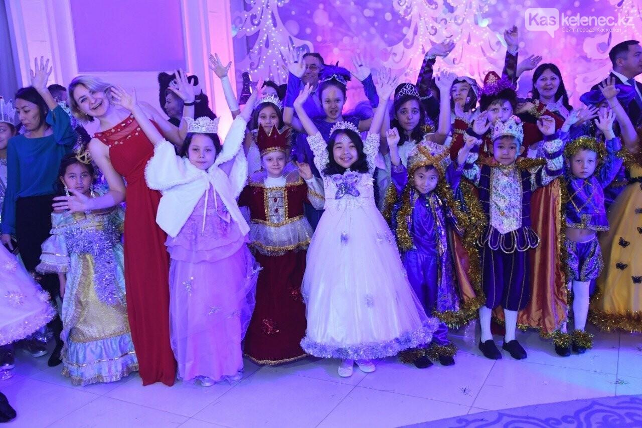 Более 200 воспитанников детских домов пришли на президентскую елку в Алматы, фото-1