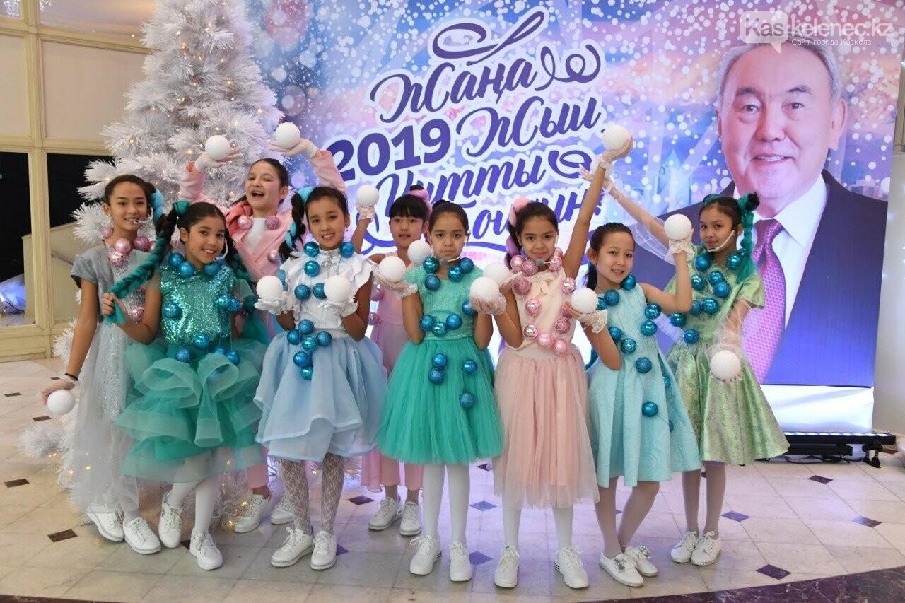 Более 200 воспитанников детских домов пришли на президентскую елку в Алматы, фото-3