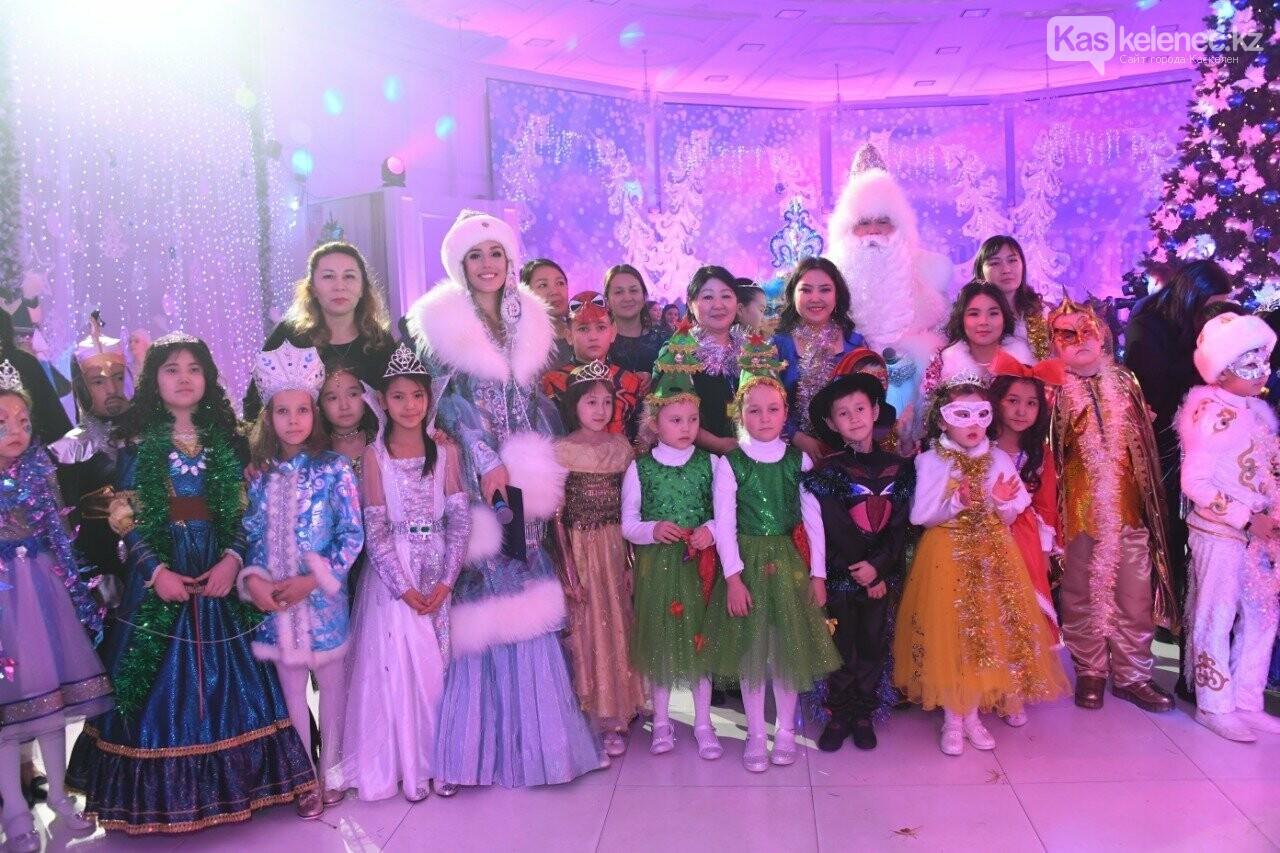 Более 200 воспитанников детских домов пришли на президентскую елку в Алматы, фото-5