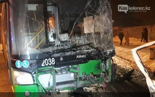 Автобус врезался в грузовик с газовыми баллонами в Алматы: есть погибшие, фото-1