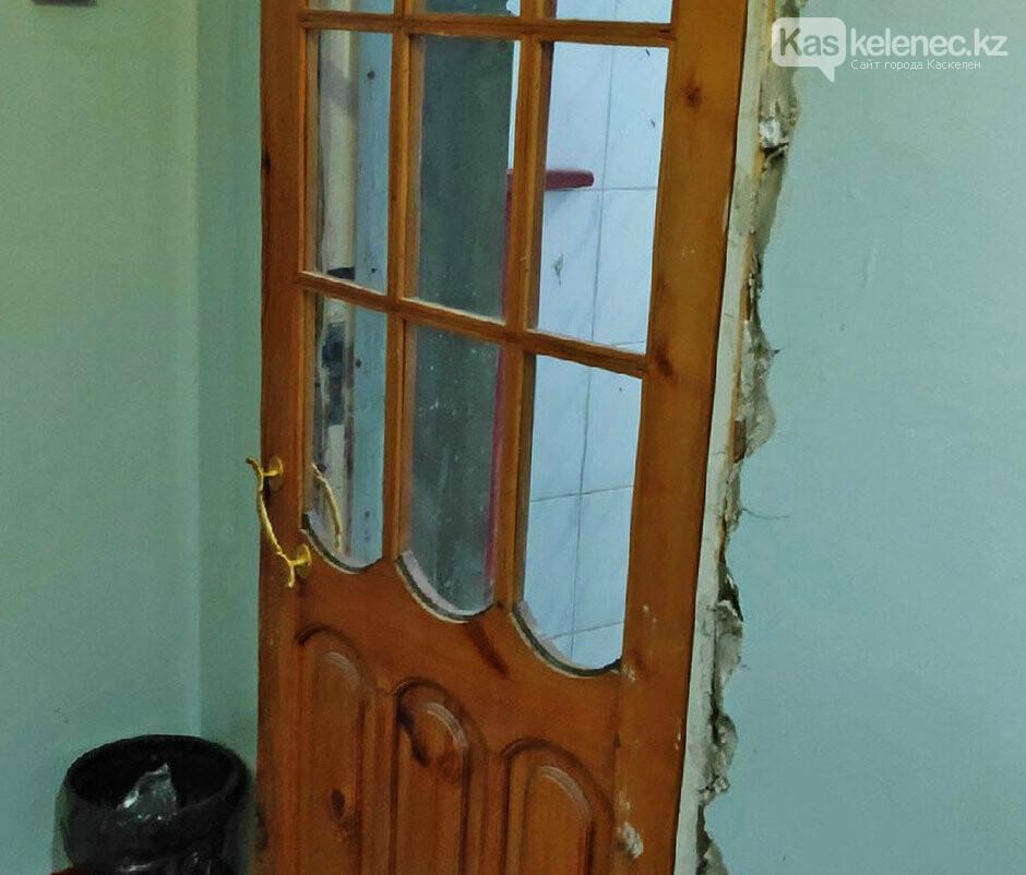 Прозрачную дверь установили в туалете казахстанской больницы, фото-2