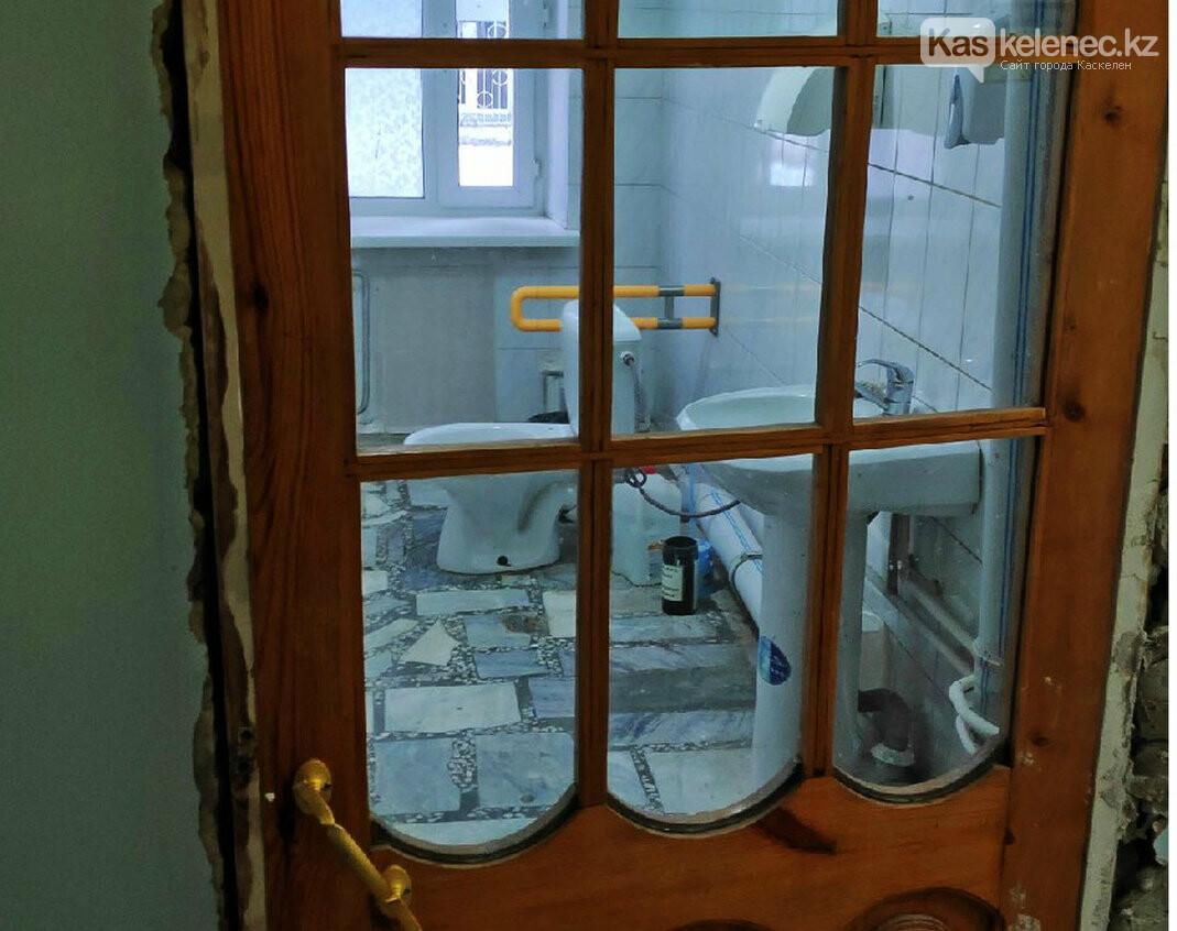 Прозрачную дверь установили в туалете казахстанской больницы, фото-1