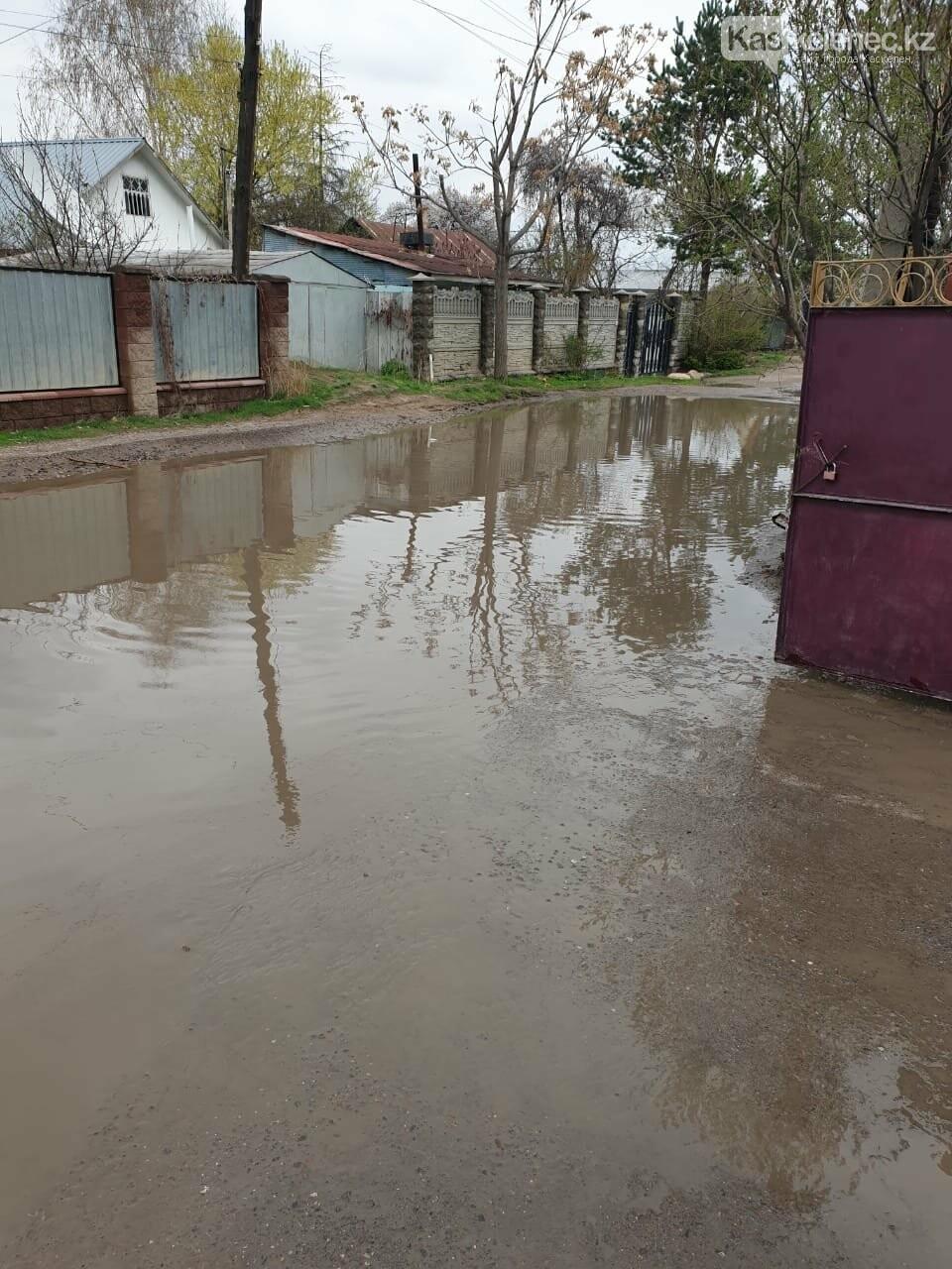 Байжарасовское озеро: после дождей на улицах Каскелена появляются новые водоемы, фото-6