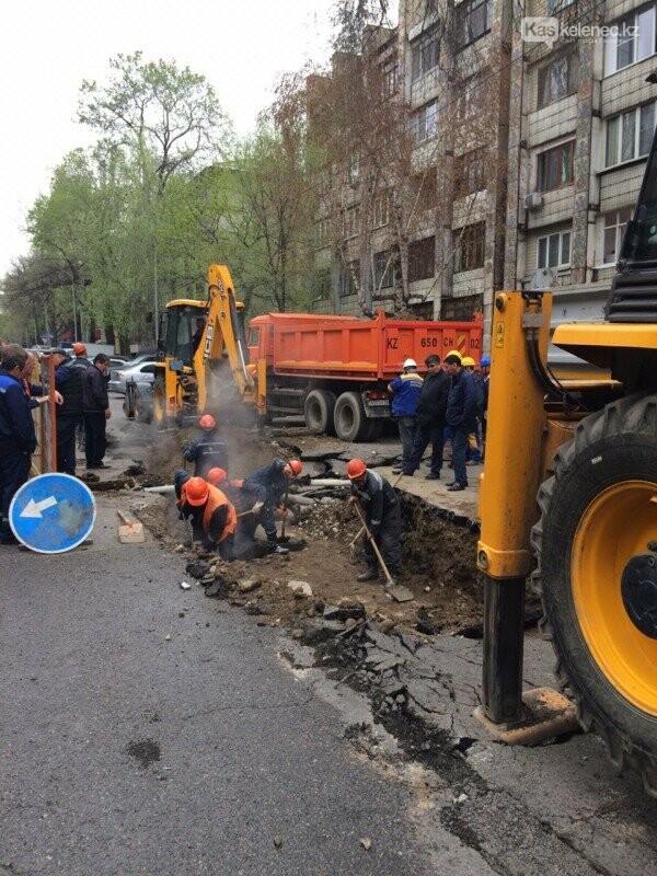 Теплотрассу прорвало в Алматы: пострадали люди, повреждены квартиры и машины, фото-1