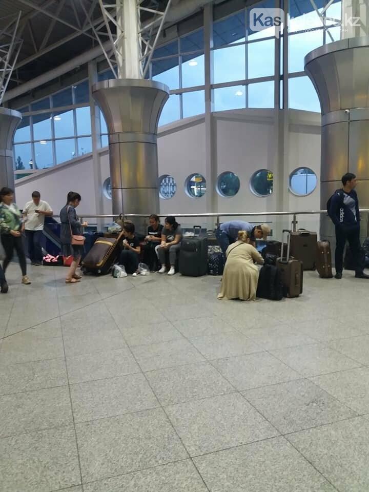 Из зала ожидания аэропорта Алматы убрали сиденья: люди сидят на чемоданах, фото-1