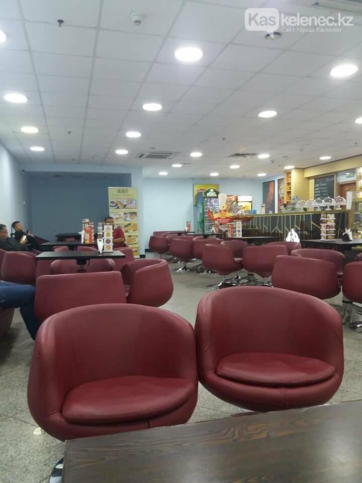 Из зала ожидания аэропорта Алматы убрали сиденья: люди сидят на чемоданах, фото-3