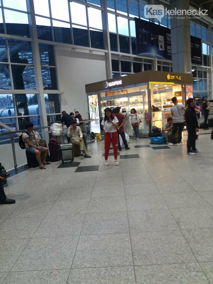 Из зала ожидания аэропорта Алматы убрали сиденья: люди сидят на чемоданах, фото-2