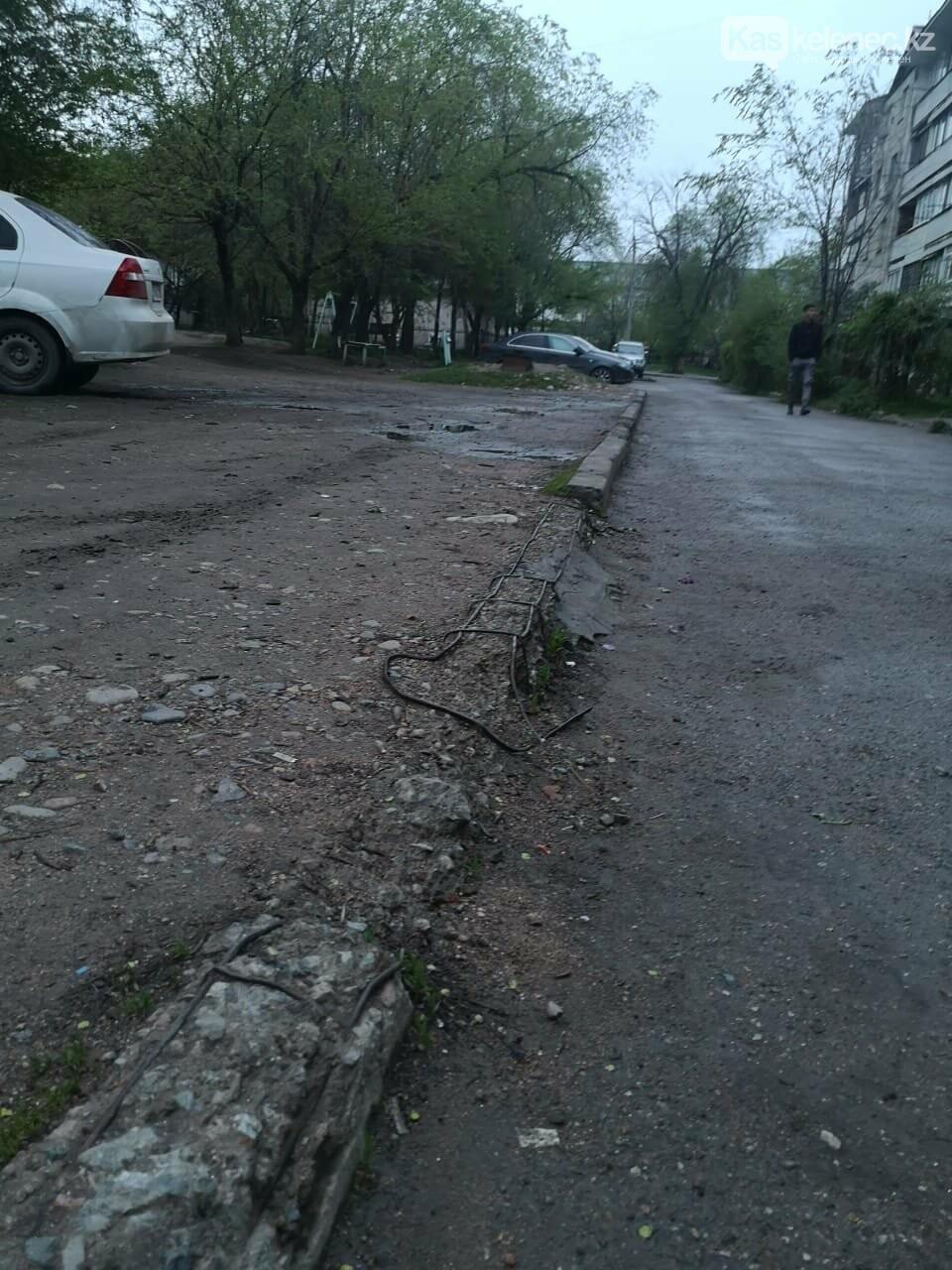 Когда акимат вспомнит о нас? - три года жители Каскелена ждут ремонта в своем дворе, фото-7