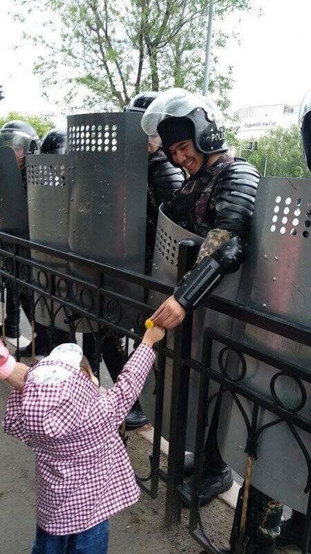 «Понял, что люди доверяют войскам»: военнослужащий из облетевшего Казнет фото на митинге, фото-1