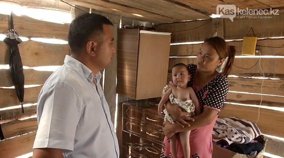 Многодетная семья живет под Алматы в лачуге из полиэтиленовых пакетов, фото-1