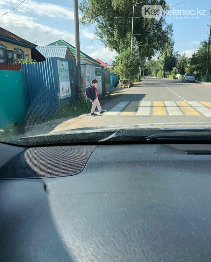 Вдоль дорог в Каскелене поставили детские манекены, фото-1