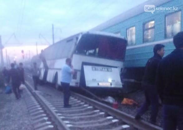 Поезд врезался в автобус на станции Шамалган: есть погибшие, фото-1