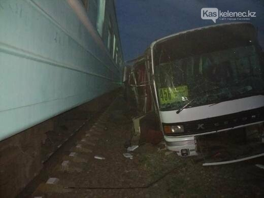 Авария с поездом на станции Шамалган: водитель погиб, пострадавшие находятся в тяжелом состоянии, фото-1