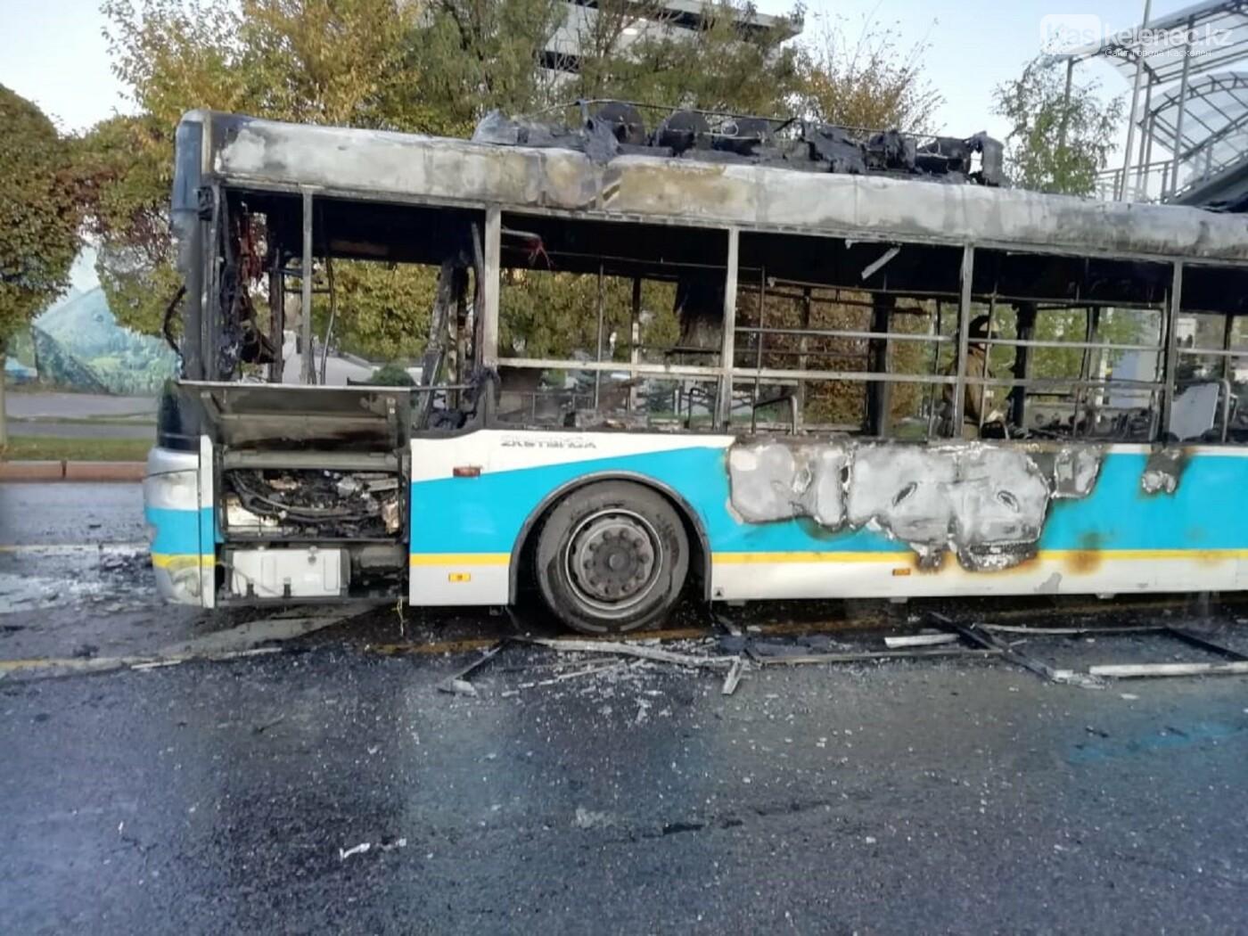 Пассажирский автобус сгорел дотла в Алматы, фото-1
