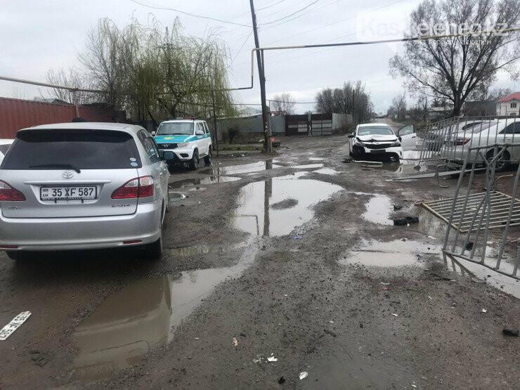 Житель Карасайского района на авто протаранил блокпост: видео, фото-1