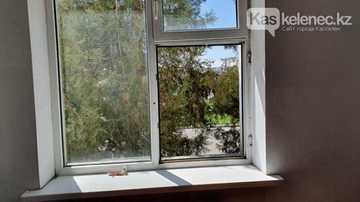 Били окна, бросали кровати: появились фото «атакованной» амбулатории в поселке Береке, фото-4