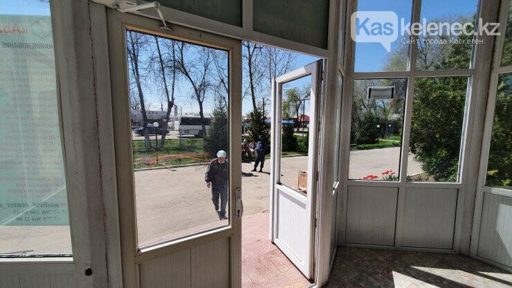 Били окна, бросали кровати: появились фото «атакованной» амбулатории в поселке Береке, фото-3