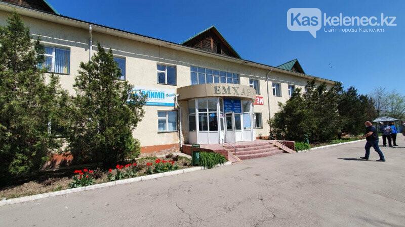 Били окна, бросали кровати: появились фото «атакованной» амбулатории в поселке Береке, фото-1