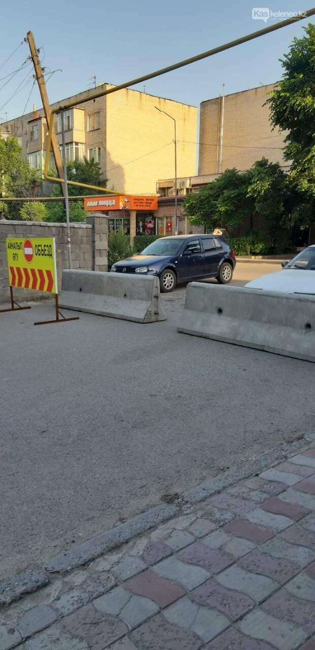 Бетонные блоки частично убрали в Каскелене, фото-1